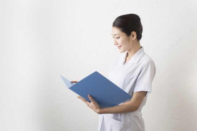 カルテを見る女性医師