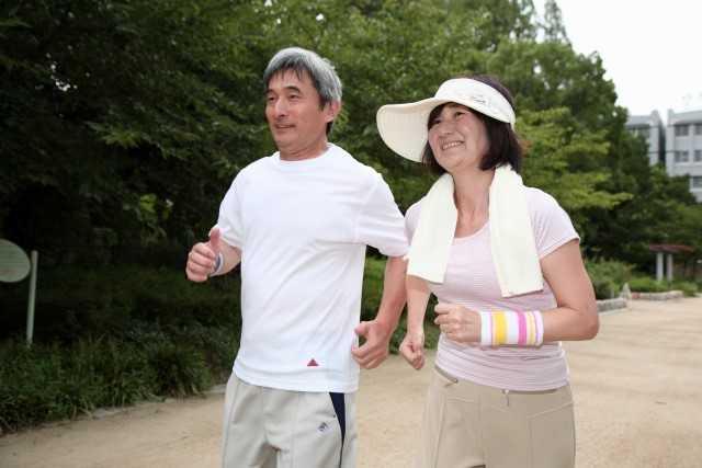 運動する夫婦
