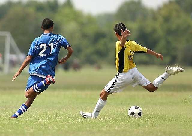 サッカーをする男性二人