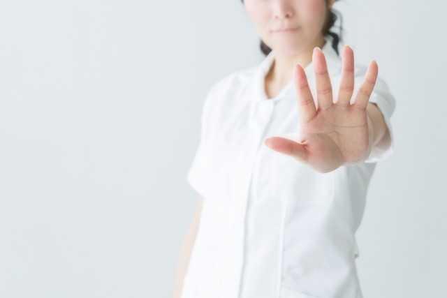 手を前に出す女性医師