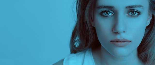 女性と青い背景