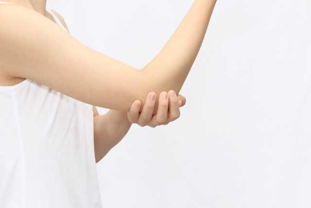 肘を抑える