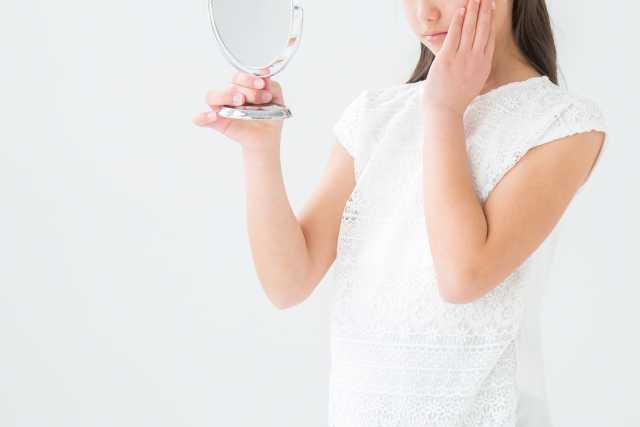 手鏡を持つ女性