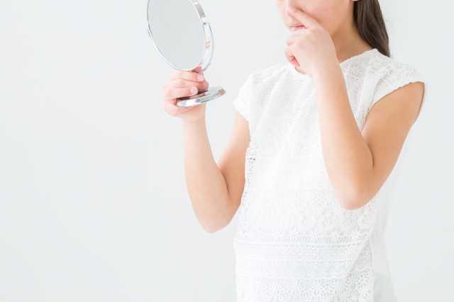 鏡を見る人の画像