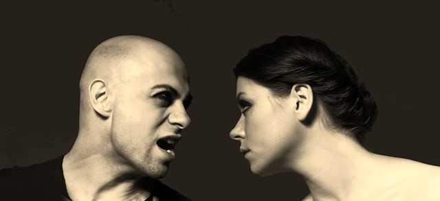 向き合う男性と女性