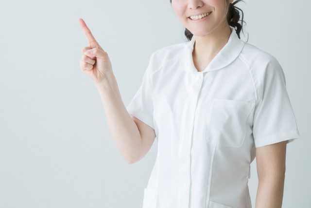 指をさす看護師