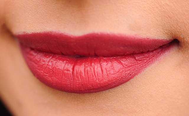 女性の唇の画像