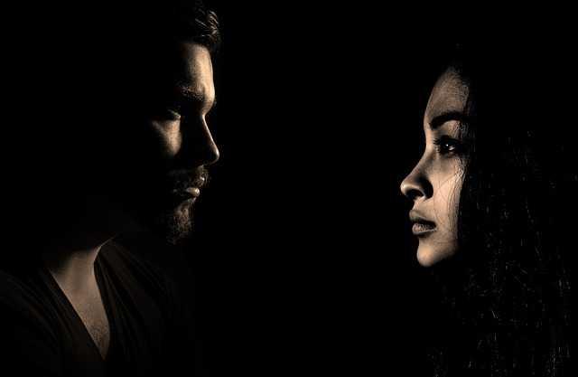 暗闇の男性と女性