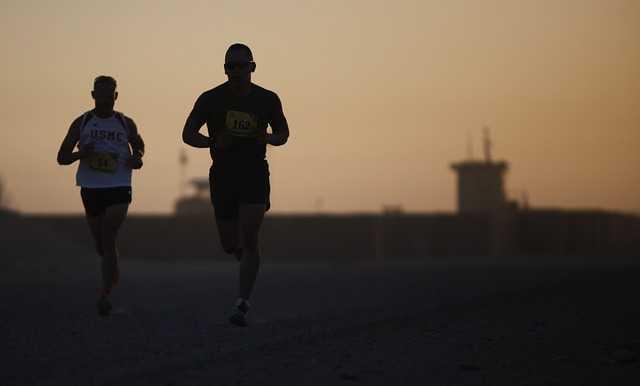 マラソンをする二人の男性