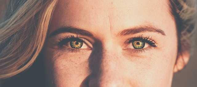 女性の目元の画像