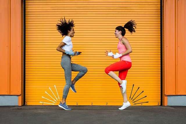 跳ねる女性二人