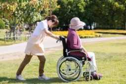 介護の仕事は腰痛のリスクが高い!退職に追い込まれる人も…