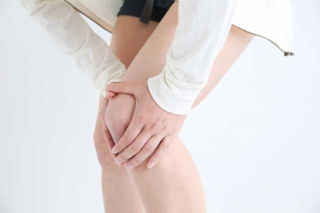 膝を抑える人の画像