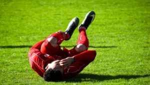 転ぶサッカー選手
