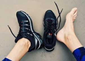 靴を脱いだ足