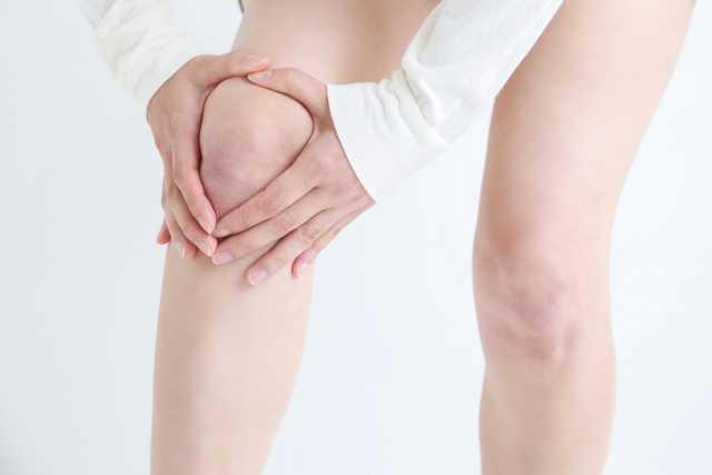 膝を抑える