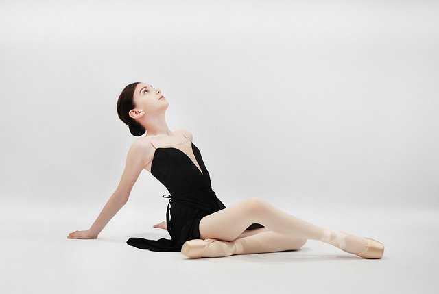 ストレッチをするバレエダンサー