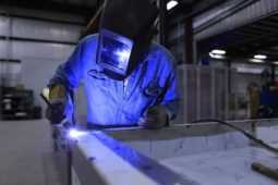 長時間の工場勤務で膝の痛みが出てきてしまう…原因&解決策は?